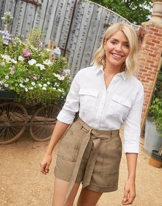 Holly Willoughby reveals her latest MS wardrobe edit (and it's her best yet! Holly Willoughby Style, Look Con Short, Belted Shorts, Girl Celebrities, Classy Outfits, Casual Outfits, Summer Wardrobe, Latest Fashion Trends, Ideias Fashion