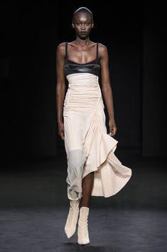 Mugler Spring-summer 2019 - Ready-to-Wear - Sommer Mode Fashion Week Paris, Fashion Milan, Star Fashion, Runway Fashion, Fashion Models, High Fashion, Fashion Show, Fashion Design, Womens Fashion