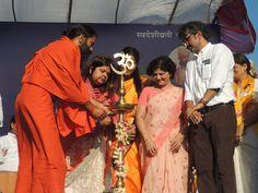 मुंबई के बांद्रा-कुर्ला काम्प्लेक्स मैदान में महिलाओं हेतु निःशुल्क योग शिविर.... #yoga #Mumbai — in Mumbai, India.