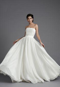 VERSAILLES Très romantique, voici une spectaculaire robe de mariage! Le volume très important est obtenu par l' organza de soie. Cette matière est très délicate et offre de jolis godets tout en légereté. Le bustier en satin de soie est précieux , entièrement rebrodé à la main de perles