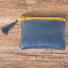 Porte-monnaie bleu métallisé et jaune moutarde. Made in France