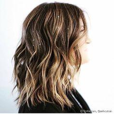 """A tendência de """"hair charms"""" é perfeita para adornar de forma discreta cabelos soltos e despojados"""