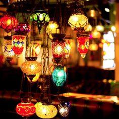 バブーシュ、タジン鍋、アルガンオイル。モロッコ発の雑貨やコスメは数年前より日本でも人気です。もしインテリアに取り入れるなら『モロッコランプ』がおすすめ。1つあるだけでいつもの部屋がオリエンタルなモロッコスタイルに変わります!