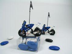 Marque place moto bleu de course style R1 accompagné de ses dragées. Article vendu fini, décoré, et prêt a être posé sur la table