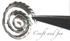 Roselline: elimina il fondo, taglia il bordo lasciando qualche mm. Questo lo avvolgi a spirale con pinza tonda, lo riapri per poterlo decorare con pinza e poi lo riavvolgi