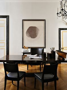Ornate and simple at the same time. A chic French office in the 7th strikes the perfect balance between opulent and edited.