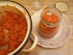 """Vă prezentăm o rețetă delicioasă de adjika, care va oferi bucatelor de carne o notă picantă și aromată. """"Adjika"""" este un sos de casă foarte gustos, de te lingi pe degete. Se prepară din roșii, morcovi, ardei grași și ardei iuți, ceapă și usturoi – o combinație delicioasă de legume, perfectă pentru bucatele de carne … Chana Masala, Salsa, Dips, Cooking Recipes, Ethnic Recipes, Food, Sauces, Canning, Yummy Food"""