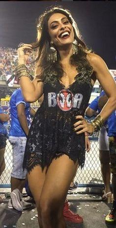 Juliana Paes, sempre ela, escolheu um vestido que realçou as suas curvas. A logomarca do patrocinador camarote também serve como legenda
