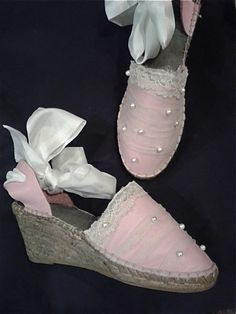 Alpargatas de seda rosa, tul y perlas Diseño; gmasgalpargatas.tumblr.com