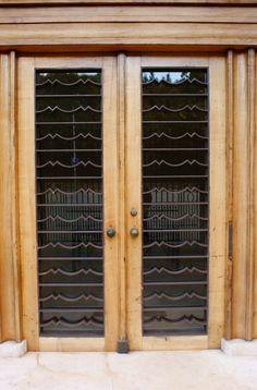 Porta de entrada, de madeira e vidro, em Portugal.  Fotografia: Karl Gercens no…