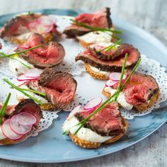 Beef and Horseradish Crostini. A terribly British canapé perfect for the party season. Rare fillet beef and horseradish crostini with crisp radishes yes please Fingers Food, Wedding Appetizers, Wedding Canapes, Appetizers For Dinner, Cocktail Party Appetizers, Elegant Appetizers, Thanksgiving Appetizers, Holiday Appetizers, Wedding Catering