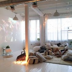 Browse home theater design and living room theater decor inspiration. Discover designs, colors and furniture layouts for your own in-home movie theater. Chill Lounge, Chill Room, Living Room Theaters, Room Interior, Interior Design, Home Theater Design, Floor Seating, Decoration Inspiration, Cinema Room