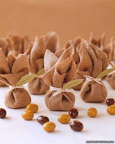 trouxinhas de juta com amendoim para lembrancinha de casamento simples                                                                                                                                                                                 Mais