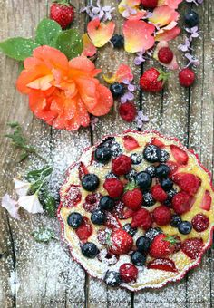 Ricotta gratinée aux fruits rouges (sans gluten) Ingrédients: (pour 4 personnes) 250g de ricotta de qualité 125g de myrtilles 125g de framboises 125g de fraises 3 jaunes d'oeufs 2 rase c. à soupe de maizena 1 sachet de sucre vanillé naturel 2 c. à café... Dessert Sans Gluten, Bistro Food, Desserts With Biscuits, French Bistro, Tutti Frutti, French Food, Flan, Fruit Salad, Vegetable Pizza