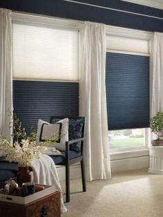 granatowe plisy - jasne wnętrza - ochrona przed światłem - projekt sypialni - inspiracje kolorami - plisy podobne do tych ze strony http://sklepzoslonami.pl/systemy-oslonowe/plisy.html