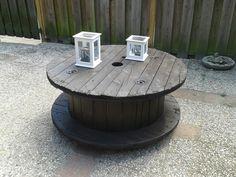 Donker bruin gebeitste salontafel gemaakt van een kabelhaspel. Duurzaam en erg decoratief voor zowel binnen als buiten. 47 cm hoog en een diameter van 100 cm.