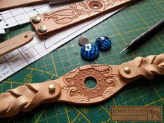 Best 12 JEWELEECHES Vivian Hebing: setting a ´stone´ in a bohemian ibiza alternative style leather bag with the stair step applique technique. Normally – SkillOfKing. Leather Carving, Leather Tooling, Leather Keychain, Leather Necklace, Leather Gifts, Leather Craft, Leather Bag Tutorial, Leather Jewelry Making, Leather Store