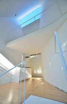 鷹番の長屋 / Townhouse in Takaban: Niji Architects/原田将史+谷口真依子が手掛けたtranslation missing: jp.style.リビング.minimalistリビングです。