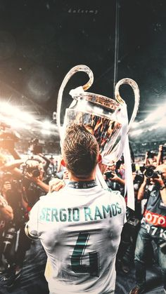 Sergio Ramos z pucharem za zwycięstwo w Lidze Mistrzów Real Madryt Ronaldo Real Madrid, Real Madrid Team, Ramos Real Madrid, Real Madrid Football Club, Real Madrid Soccer, Real Madrid Players, Barcelona Soccer, Fc Barcelona, Coupe Des Clubs Champions