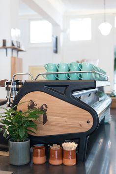 Al jaren staat Bocca, dé koffiebranderij van eigen bodem, bekend om haar geweldige koffiebonen. Sinds kort hebben ze (eindelijk) ook een eigen zaak, toepasselijk genaamd Bocca. Hoewel de koffiesalon behoorlijk verscholen ligt, heeft menig liefhebber de zaak al gevonden. Hier kom je voor een geweldige kop koffie (gezet met de bonen en op de manier …