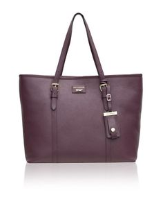 The Etichetta Tote is your ultimate day companion. Absolutely multifunctional, this sleek asset will find its way to a conference as much as to cocktails & Now in Mayfield Lavender- The new Universal favourite!