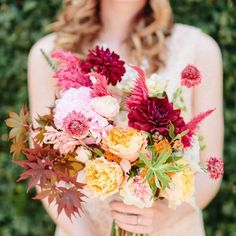 These gorgeous examples of real fall wedding bouquets proves that autumn blooms can be fresh and pretty! Photo via Apryl Ann Photography.