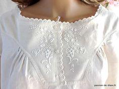 LINGE ANCIEN / Somptueuse chemise de jour avec empiècement brodé de fleurettes sur toile de lin fin