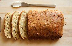 Chléb je jednou ze základních potravin. Pšeničný, celozrnný, žitný nebo různé jiné. Jednoduchý chlebíček je i sýrový chlebíček, který nemusíte mísit, ale jen zamíchat lžící a vložit do trouby péct.