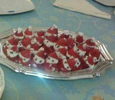 originales papa noeles hechos con nata, fresas y chocolate