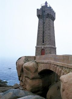 Manche - phare de Ploumanac'h Perros-Guirec (Côtes d'Armor) ou phare de Mean Ruz - Coordonnées1 48°50′15″N /3°29′00″O - Feux Secteurs blanc et rouge  1 occ., 4 s.