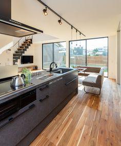 フラットでスタイリッシュなキッチン。自然素材に馴染むキッチン。 愛知(豊橋・豊川・新城)の注文住宅なら「ハピナイス」。あなたらしさをプラスしたデザイン注文住宅。ライフスタイルに合わせて、暮らしを楽しむオンリーワンの家づくりをいたします。 #キッチン #スタイリッシュ #フラット #自然素材 #デザイン住宅 #デザイン工務店 #注文住宅 Kitchen, Room, Home Decor, Bedroom, Cooking, Decoration Home, Room Decor, Kitchens, Rooms