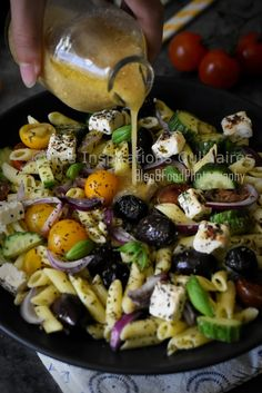 Penne salat i feta græsk stil - Kayla Penne, Easy Salads, Healthy Salad Recipes, Mind Diet, Feta Salat, Greek Salad Pasta, Vegetable Drinks, Healthy Eating Tips, Fruit And Veg