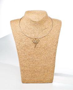 #Colgante con hilo de alambre con colgante de #libélula calado en dorado de la casa Careli.