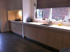 Leuk idee van NDR Keukens voor een afgeschermde kookhoek, en om een lang werkblad te scheiden