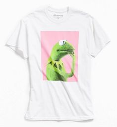 Kermit the frog here. Pondering Kermit the frog printed on a graphic t-shirt for the lovers, the dreamers and you. Urban Outfitters, Mens Outfitters, Blusas Oversized, Best Mens Fashion, Men's Fashion, Fashion Outfits, Dope Outfits, Fashion Rings, Fashion Ideas
