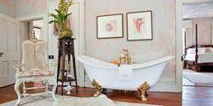 El Shabby Chic combina armoniosamente lo antiguo con lo moderno. Se caracterizará por la presencia de los tonos pastel: rosa, azul y verde en combinación con el blanco y el beige tanto en paredes como en pisos y demás mobiliario como lavabos, estantes y bañeras exentas; además de darle un espacio especial a los motivos florales que le darán ese toque de romanticismo esencial para este estilo. Compartimos contigo algunas ideas para conseguir un cuarto de baño al más puro estilo Shabby Chic.
