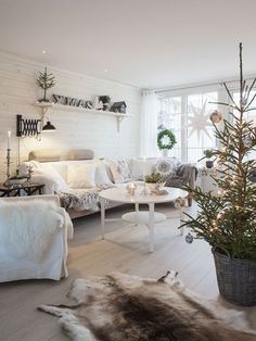 Scandinavian Living Room Ideas With Small Christmas Tree 08 Christmas Tree In Basket, Small Christmas Trees, Christmas Room, Scandinavian Christmas, White Christmas, Xmas Tree, Apartment Christmas, Classy Christmas, Cozy Christmas