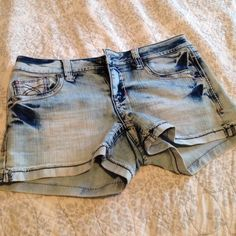 Hydraulic light wash shorts jr sz 5/6 like new! These are very like new! Worn just a handful of times. They are too small for me now. Awesome wash and detail to them. Listing just in time for summer! Hydraulic Shorts Jean Shorts