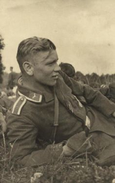 Handsome Soldier Vintage Photos of Men Luftwaffe, Vintage Beauty, Vintage Men, Old Photos, Vintage Photos, Vintage Portrait, Antique Photos, German Soldiers Ww2, Photos Originales
