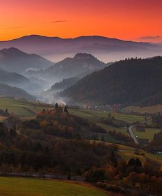 We love Pieniny in autumn 🍂🍃 Awesome photo by Rado Horšulák #ThisIsSlovakia  Follow us on Facebook, link in BIO 🙌🇸🇰