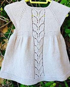 Babykjole med bladmønster. Sød kjole til nyfødte piger. Den er ikke svær, og der er både tekst og diagram. Her strikket i 100 % uld, men blandingsgarner kan sagtens bruges. Pinde 4.
