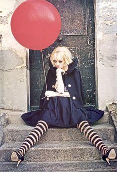 Beeld van Ellen von Unwerth via http://www.stylink.nl/Ballonnen.html #stylink #red #ballon #zwart wit