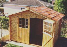 Caseta prefabricada de madera. Cobertizo con paredes de 28mm de grosor, doble puerta frontal y techado de tejas asfalticas Onduvilla. Precio cerrado con transporte incluido de 759 euros.