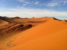 「ナミブ砂漠」は、ナミビアの大西洋沿いに南北約1,300kmにわたって広がります。 アプリコット色の砂丘が連なる姿は世界一美しい砂漠と称され、2013年に世界遺産に登録されました。