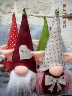 Gnomi nasoni Di Il mondo a pois Felt Crafts, Holiday Crafts, Fabric Crafts, Christmas Gnome, Scandinavian Christmas, Felt Ornaments, Christmas Tree Ornaments, Girl Gnome, Scandinavian Gnomes