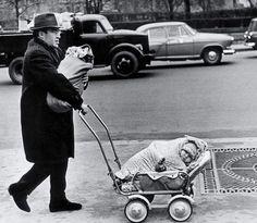 Гордый отец на прогулке со своими маленькими детьми, 1960 год. Фотограф Виктор Ахломов.
