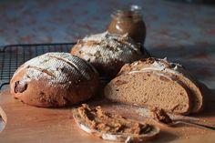 לחם כפרי עם אגוזים ותאנים ( צילום: אורלי חרמש )