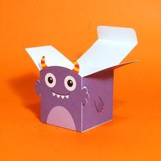Caixa cubo para festa do tema Monstrinhos com rosto do monstrinho Vicky.