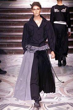 Yohji Yamamoto Fall 2002 Ready-to-Wear Fashion Show - Erin O'Connor, Yohji Yamamoto