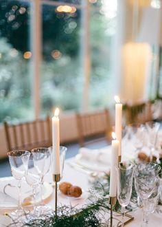 Número de mesa en suculenta, candelabros dorados, centro de peonias y rosas y guirnalda verde. Boda organizada por Detallerie. Succulent table number, gold candlesticks, peony and roses centerpiece and green garland. Wedding by Detallerie.